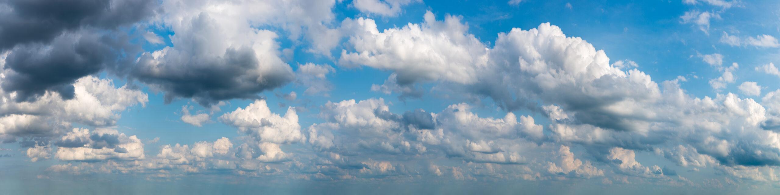 Wolken vor blauem Himmel