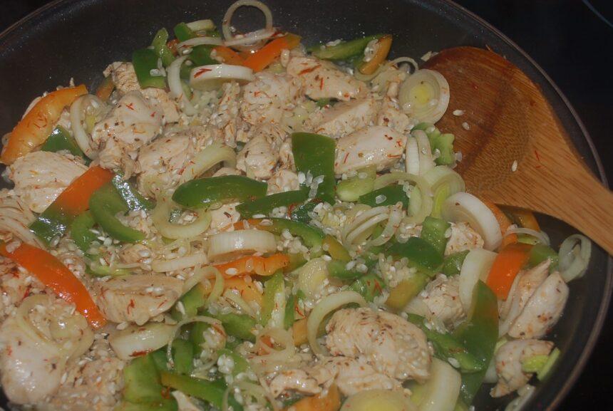 Reispfanne mit Hähnchenbrust angedünstet