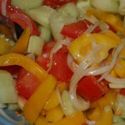 Sommerlicher Salat aus Tomate, Paprika, Zwiebel und Gurke