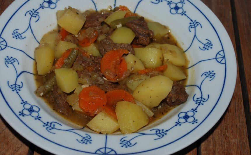 Rindfleisch-Schmortopf auf dem Teller
